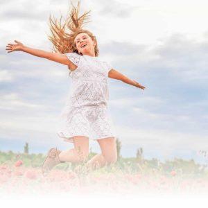 אילוסטרציה ילדה שמחה בשדה